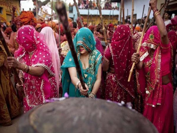സ്ത്രീകൾ പുരുഷന്മാരെ തല്ലി നടത്തുന്ന വിചിത്രമായ ഹോളി ആഘോഷം
