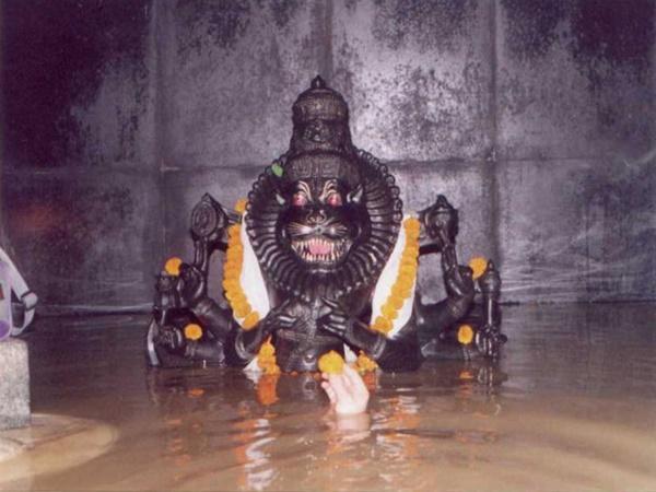 പാതിമുങ്ങിയ നരസിംഹ പ്രതിഷ്ഠ, തുരങ്കത്തിനുള്ളിലെ ഗുഹാ ക്ഷേത്രം... ഇത് വിസ്മയിപ്പിക്കും