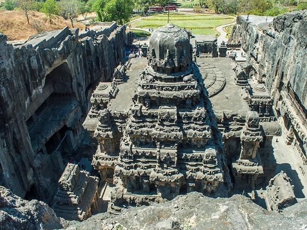 150 വര്ഷമെടുത്ത് മുകളില് നിന്നും താഴേക്ക് നിര്മ്മിച്ച കൈലാസനാഥ ക്ഷേത്രം!!