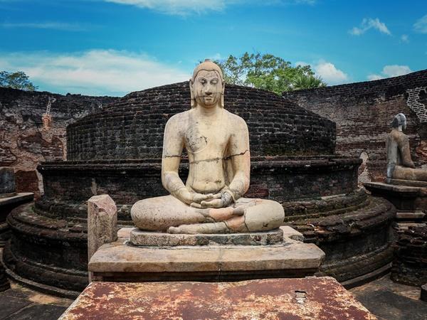ബുദ്ധ ടാറ്റു മുതല് ഹൈഹീല് ചെരുപ്പ് വരെ.. വിചിത്രമായ യാത്ര നിയമങ്ങളിതാ
